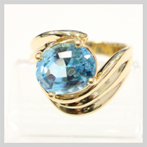 14K YELLOW GOLD BLUE TOPAZ SOLITAIRE RING - SIZE 7 1/2
